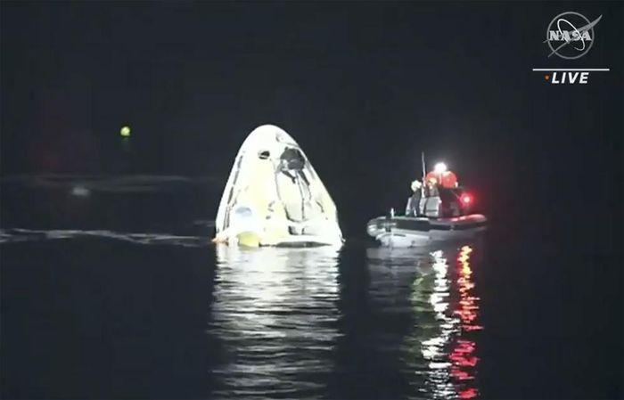 SpaceX đưa bốn phi hành gia trở về Trái đất trong đêm