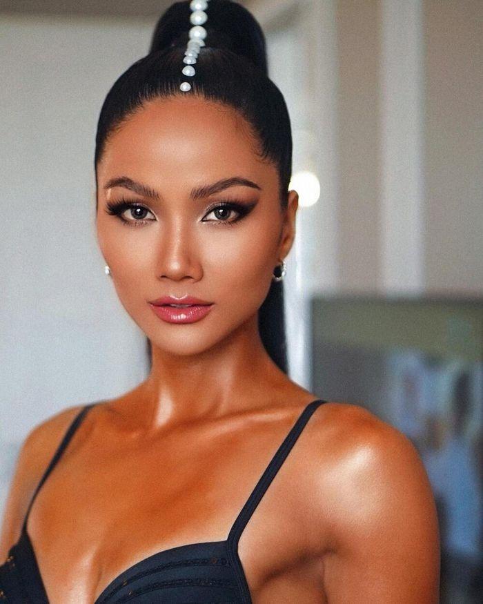 Bị chê Top 5 Miss Universe chưa đủ trình để ngồi ghế giám khảo: H'Hen Niê đáp trả anti-fan cực khéo!