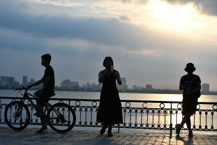 Giới trẻ săn ảnh mặt trời lặn giữa tâm dịch Covid-19