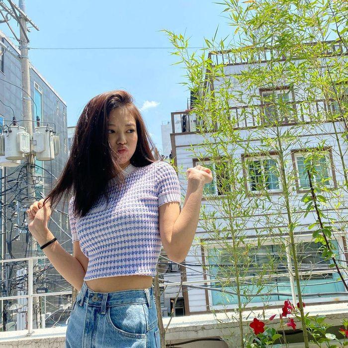 Kiểu tóc lửng lơ của Jennie rất hợp với mùa hè