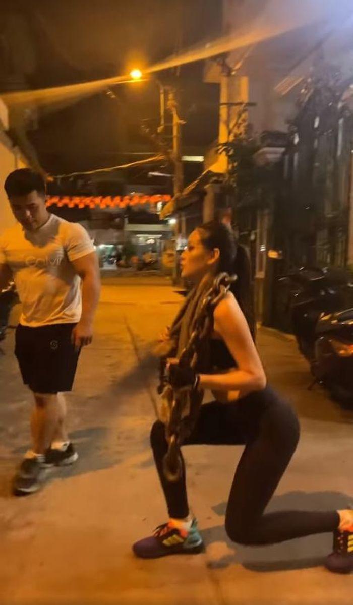 Cảm phục trước hình ảnh Khánh Vân vác xích nặng để rèn luyện hình thể hoàn hảo