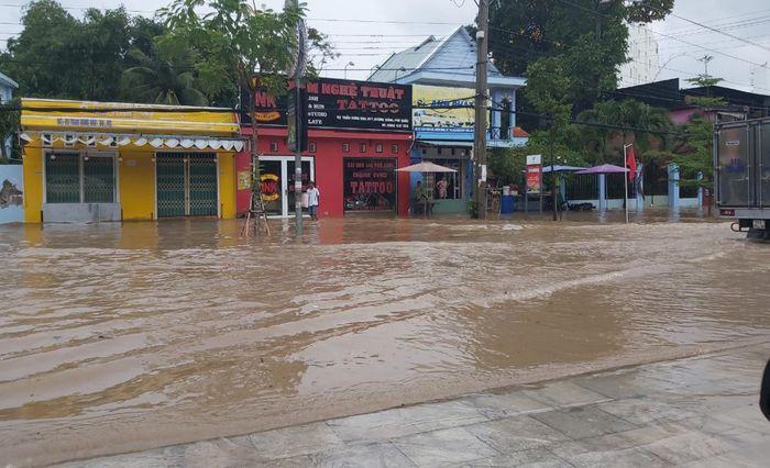 nhiều tuyến đường ở phú quốc ngập sâu sau mưa - zing - tri thức trực tuyến