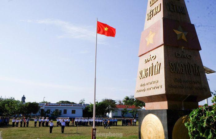 Trang nghiêm lễ chào cờ Tổ quốc trên đảo Trường Sa - Báo Tiền Phong