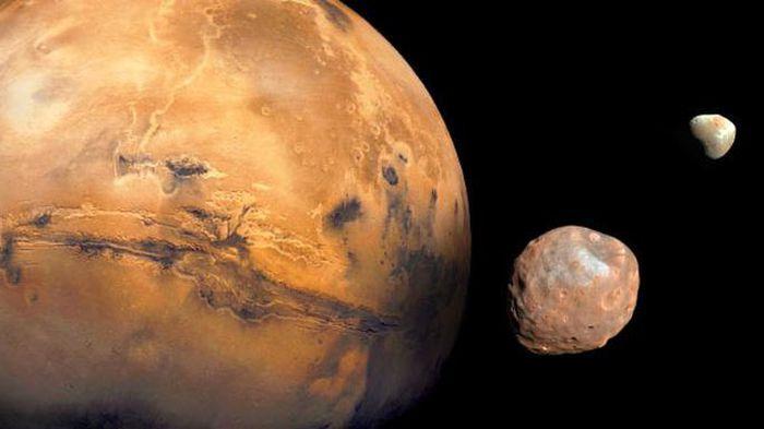 Va chạm thiên thể, một mặt trăng gần chúng ta vỡ nát