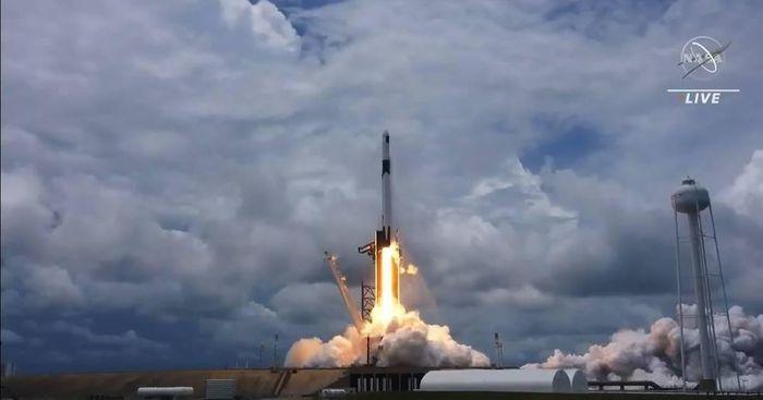 Tàu SpaceX Dragon mang theo tấm năng lượng mặt trời, lắp ghép thành công với Trạm vũ trụ quốc tế