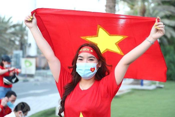 Hình ảnh cổ động viên tại Dubai 'tiếp lửa' cho đội tuyển Việt Nam