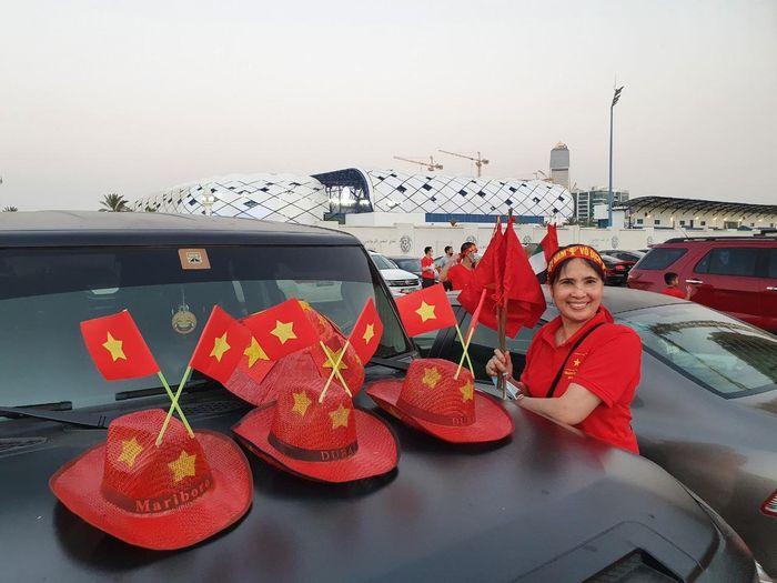 Ấn tượng hình ảnh cổ động viên tại Dubai 'tiếp lửa' cho đội tuyển Việt Nam