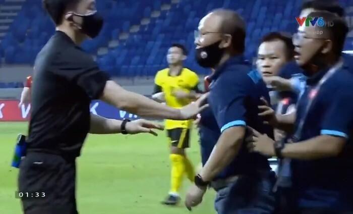 Hồng Duy bị phạm lỗi, thầy Park nổi điên đòi 'thua đủ' với cầu thủ Malaysia