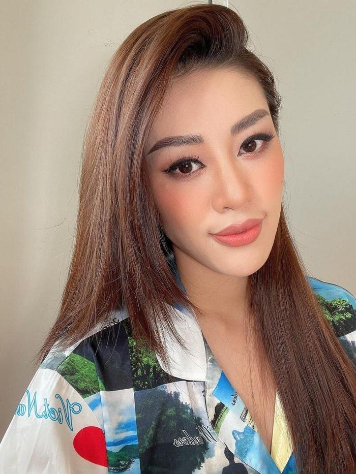Hoa hậu Khánh Vân làm clip hướng dẫn trang điểm cực xinh nhưng netizen lại bảo như tấu hài