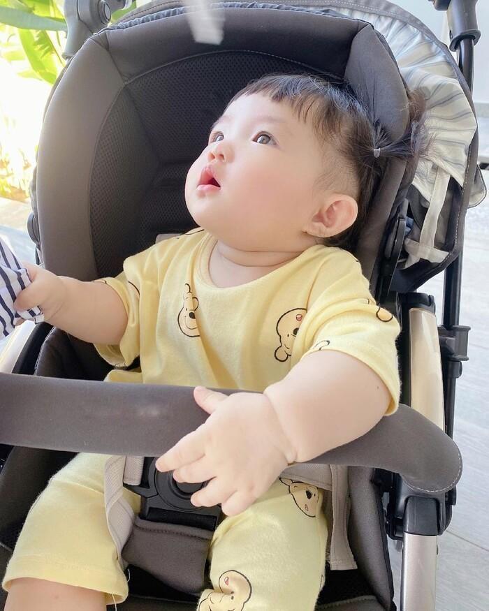 Bé Winnie mặc nguyên cây 'vàng khè' siêu cưng, còn bảo đảm các cô chú không cần sợ 'nghèo khó'