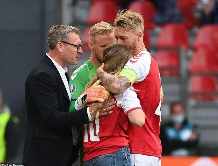 Trận Đan Mạch - Phần Lan tạm dừng vì Eriksen đổ gục khi đang thi đấu