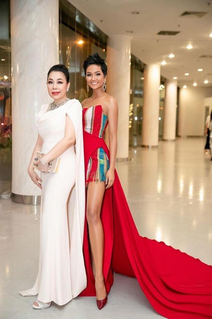 Hoa hậu H'Hen Niê khoe bộ ảnh xinh đẹp đội vương miện, đeo sash cổ vũ đội tuyển Việt Nam