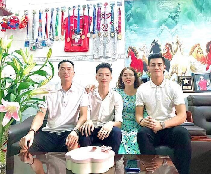 Chuyện nhà ít ai biết của Tiến Linh: Sống xa bố mẹ từ nhỏ đến 10 tuổi mới được đoàn tụ