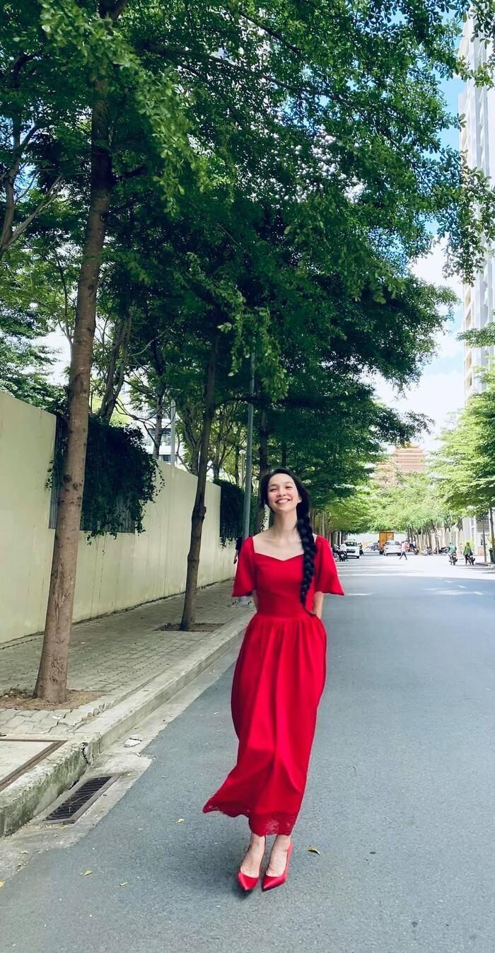 Hiền Thục xinh ngất ngây như công chúa trong bộ váy đỏ rực