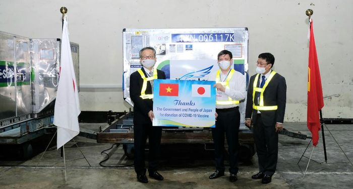 Gần 1 triệu liều vắc xin phòng COVID-19 của Chính phủ Nhật Bản trao tặng đã về đến Sân bay Quốc tế Nội Bài