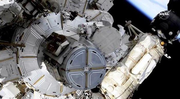 Các nhà du hành lắp đặt các tấm năng lượng Mặt Trời trên ISS