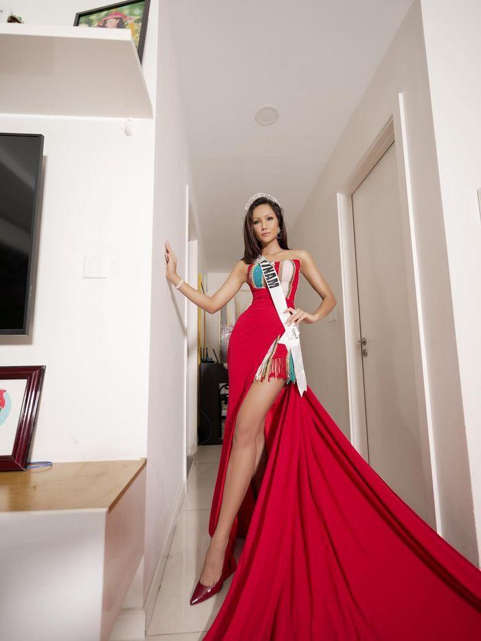Hoa hậu H'Hen Niê bất ngờ đi event 'lạ' giữa đêm khuya