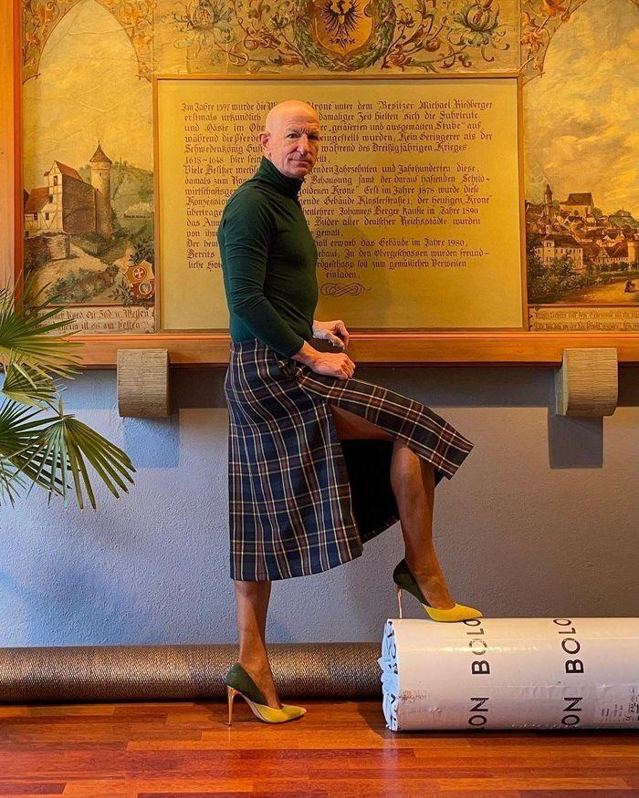 Người mẫu nam 62 tuổi chuyên mặc váy, đi cao gót đi làm Ảnh 7