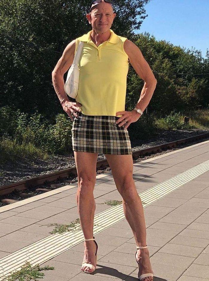 Người mẫu nam 62 tuổi chuyên mặc váy, đi cao gót đi làm Ảnh 4