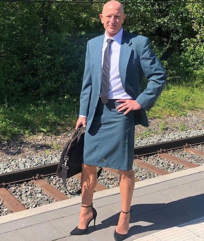 Người mẫu nam 62 tuổi chuyên mặc váy, đi cao gót đi làm Ảnh 3