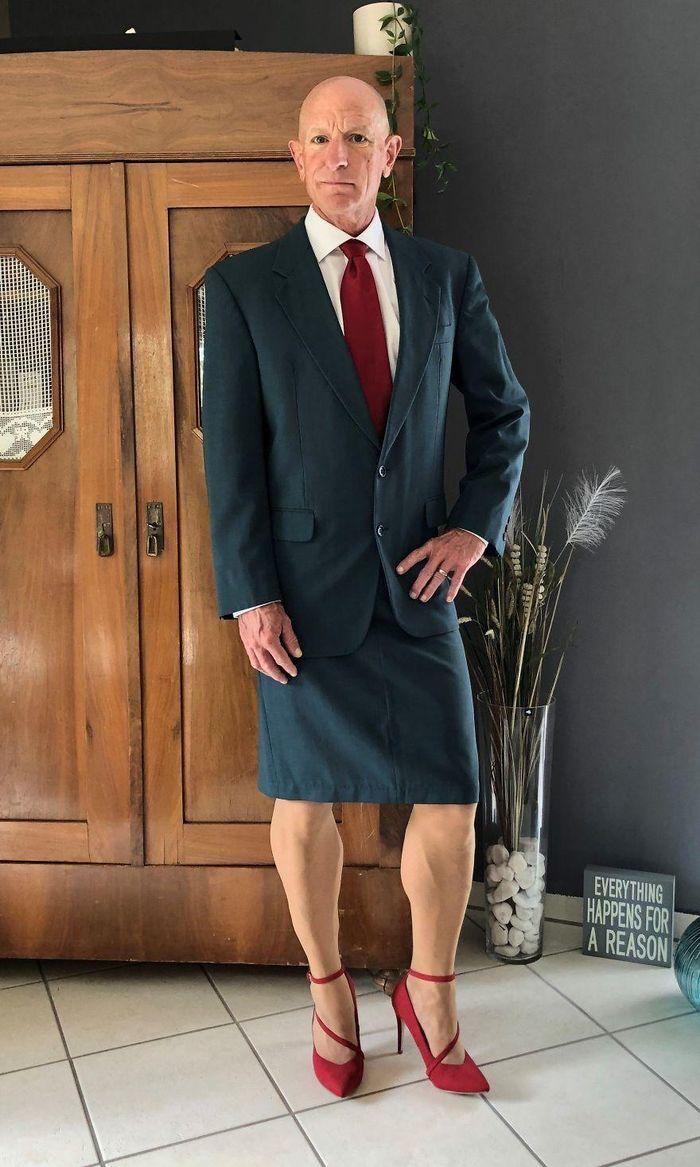 Người mẫu nam 62 tuổi chuyên mặc váy, đi cao gót đi làm Ảnh 9