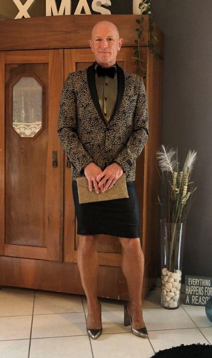 Người mẫu nam 62 tuổi chuyên mặc váy, đi cao gót đi làm Ảnh 11