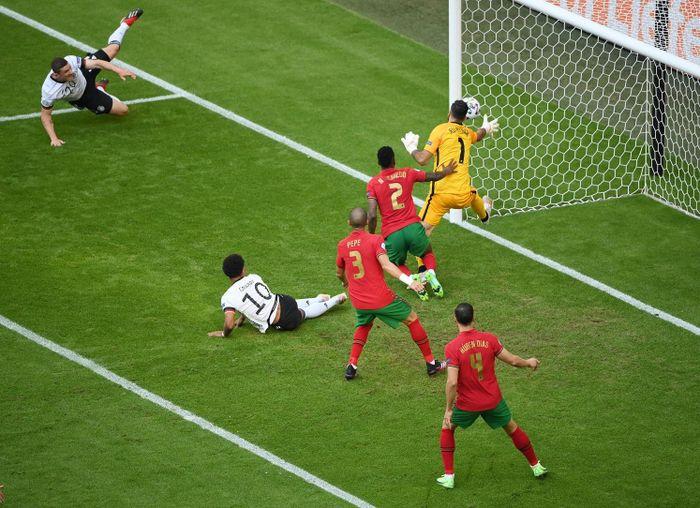 Tuyển Đức chạy trốn cái chết sau trận thắng Bồ Đào Nha