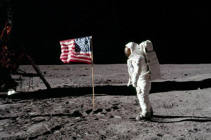 Ai là người duy nhất được an táng trên Mặt Trăng?
