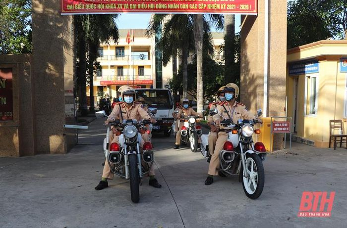 Công an thị xã Bỉm Sơn ra quân xử lý vi phạm chở hàng quá khổ, quá tải