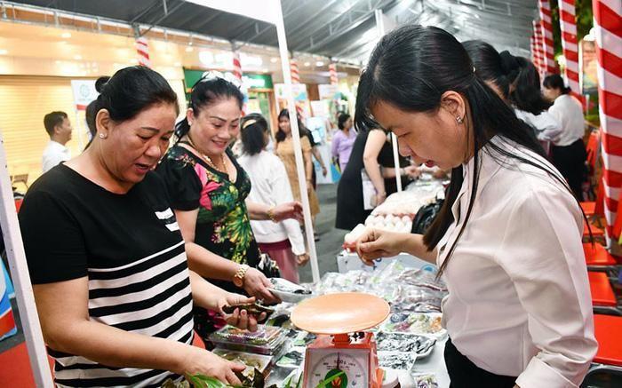 Trưng bày các sản phẩm của phụ nữ khởi nghiệp tại TP. Bến Tre. Ảnh: H.Hiệp