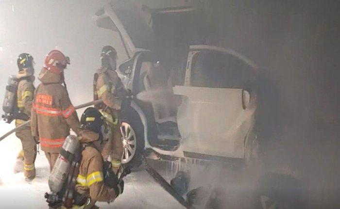 Cháy sau va chạm với tường Tesla trong bãi đậu xe chung cư.