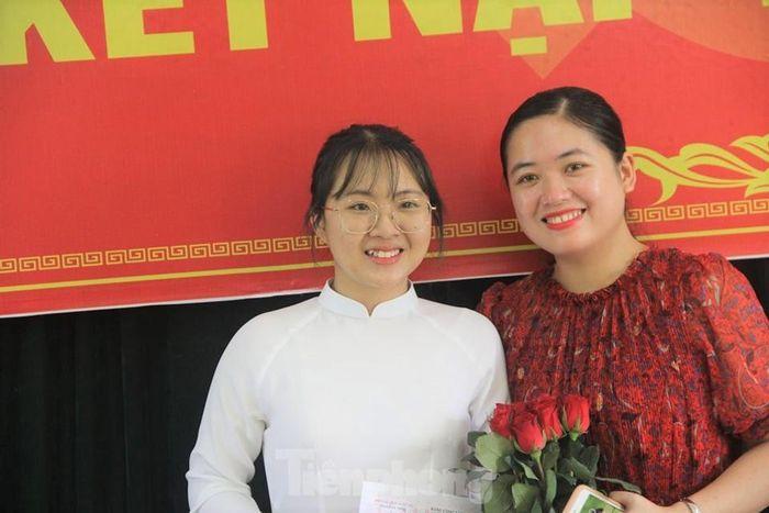 Cô Lê Thanh Huyền (bên phải) trong ngày vui của học trò Đinh Thị Kim Ngân