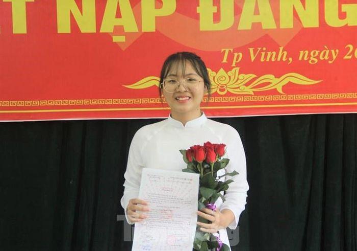 Đinh Thị Kim Ngân, thủ khoa khối C toàn quốc trong niềm vui kết nạp Đảng