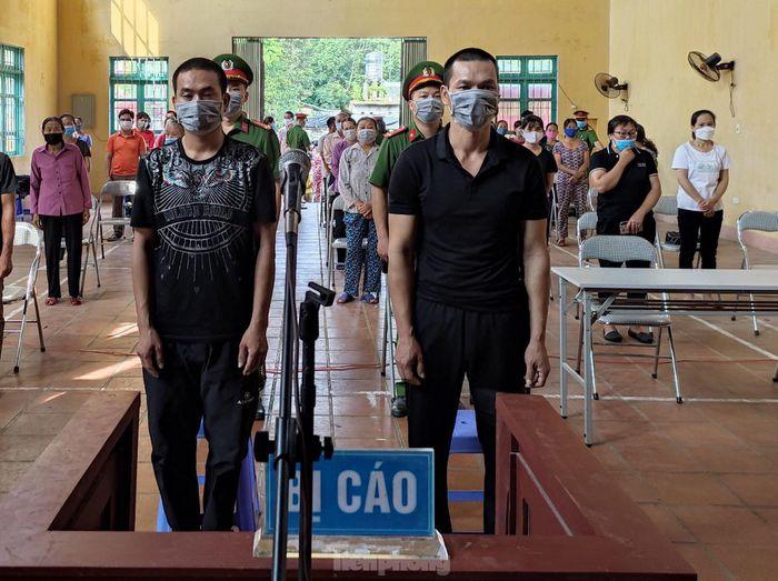 Hai bị cáo Thao và Quý (giữa) ra tòa lĩnh án -Ảnh: Duy Chiến