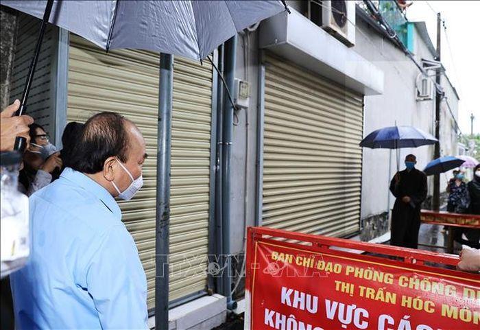 Chủ tịch nước Nguyễn Xuân Phúc thăm, tặng quà, động viên người dân TP Hồ Chí Minh