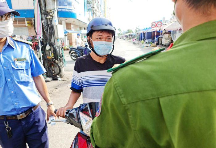 Trong thời gian giãn cách xã hội, người dân chỉ được phép ra đường khi cần thiết. Ảnh: Việt Tường.