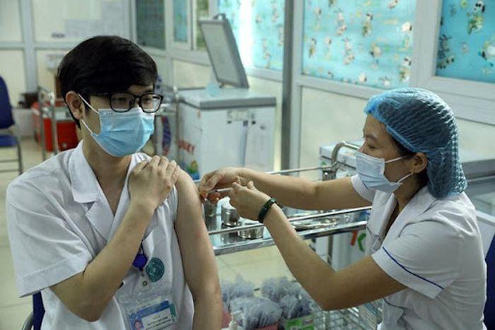 Đến nay, TPHCM đã có hơn 1,3 triệu người tiêm mũi 2, trong đó có nhiều trường hợp tiêm kết hợp hai loại vắc xin