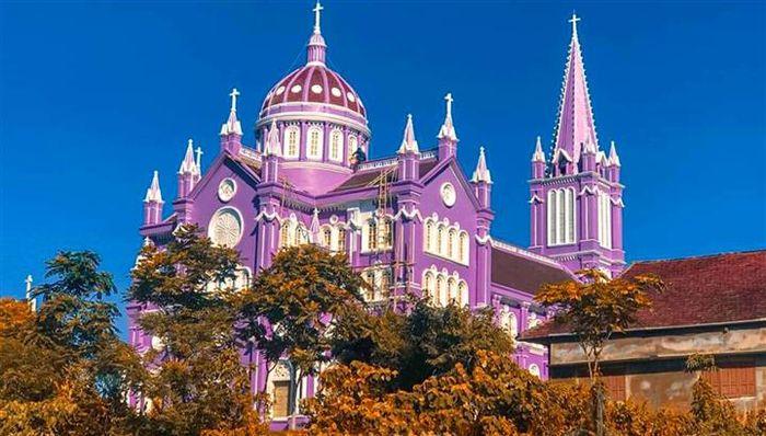 Về Nghệ An, thăm căn nhà thờ màu tím ngọt ngào như bước ra từ cổ tích