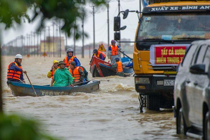 Miền Trung trải qua mùa mưa lũ lịch sử năm 2020 khi hứng chịu liên tiếp ảnh hưởng của 7 cơn bão và áp thấp nhiệt đới trong vòng 1,5 tháng. Ảnh: Duy Hiệu.