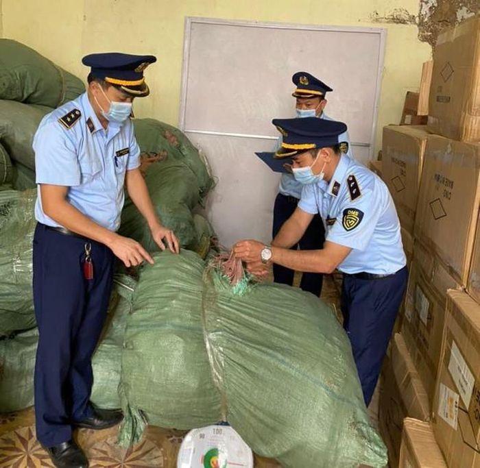 Lực lượng chức năng kiểm tra số lượng hàng hóa gồm nấm Lim và Linh Chi trong bao tải dứa