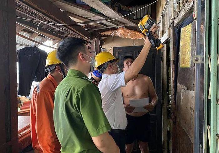 Lực lượng Cảnh sát PCCC và CNCH - CAQ Hoàn Kiếm phối hợp điện lực kiểm tra an toàn PCCC tại khu nhà gỗ Vọng Hà
