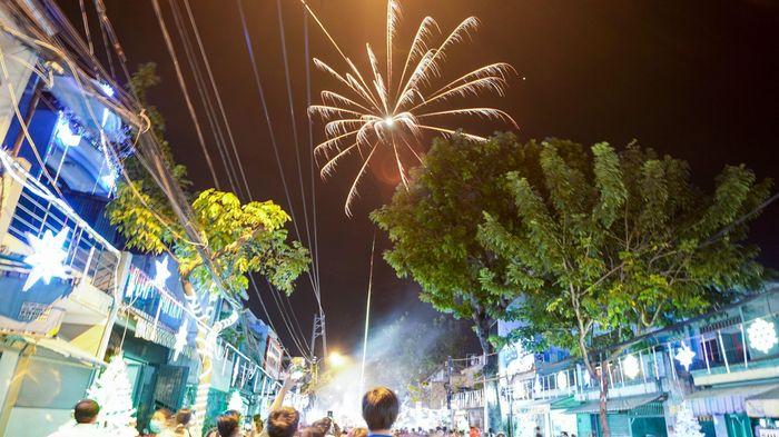 Người dân TP.HCM bắn pháo hoa trong đêm Noel