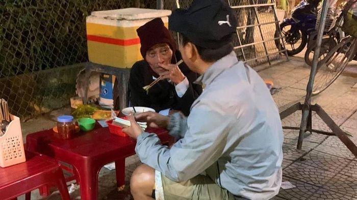 Bát hủ tiếu của chàng thanh niên tặng cụ ông bán vé số