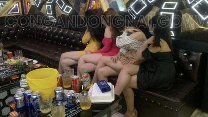 4 nữ tiếp viên múa thoát y phục vụ khách trong quán karaoke hoạt động chui