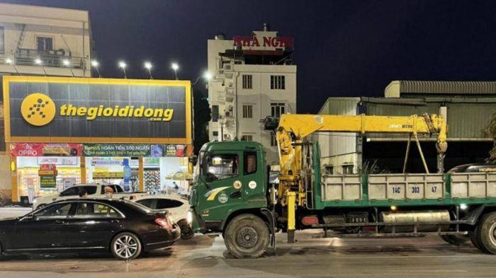 Dừng chờ đèn đỏ, xe Mercedes S500 bị ô tô tải cẩu đâm hư hỏng nặng