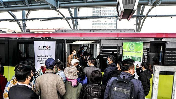 Người dân háo hức tham quan đoàn tàu tuyến metro Nhổn - ga Hà Nội