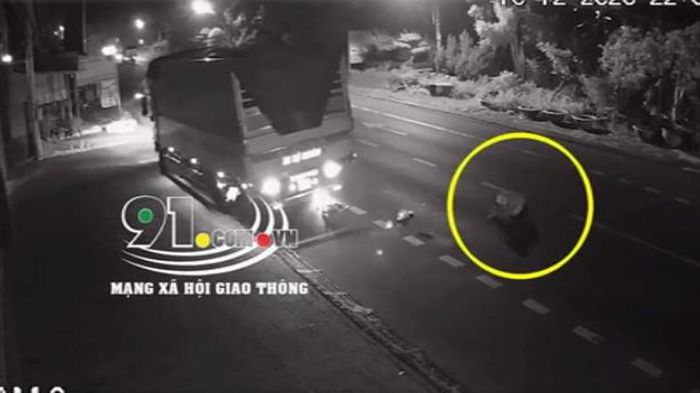 Vượt ẩu gây tai nạn, tài xế xe tải cán nát xe máy rồi bỏ chạy