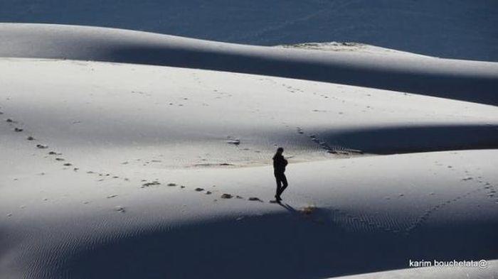 Băng giá bao phủ sa mạc nóng nhất thế giới