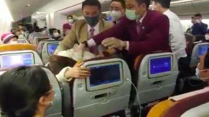 Tiếp viên đánh phi công gãy răng trên máy bay sau cãi vã liên quan đến... nhà vệ sinh