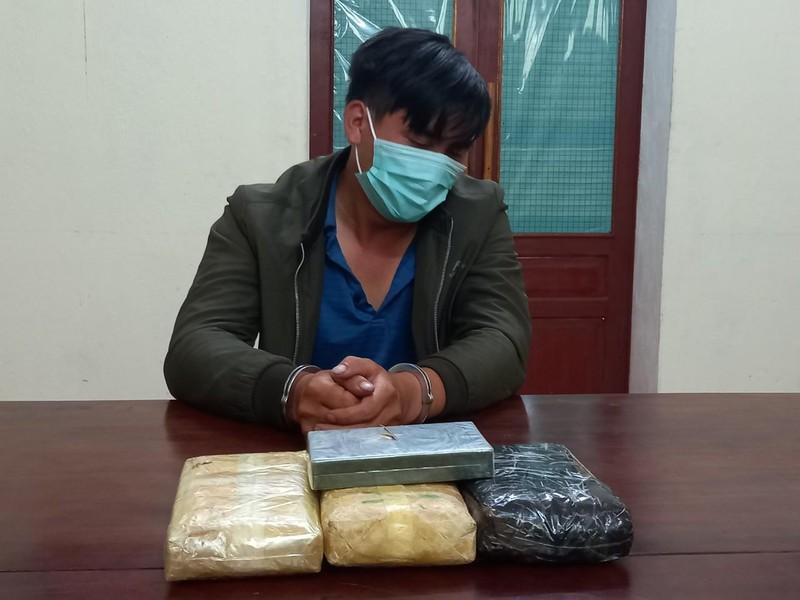 Người đàn ông sa lưới cùng 18.000 viên ma túy và 1 bánh heroin